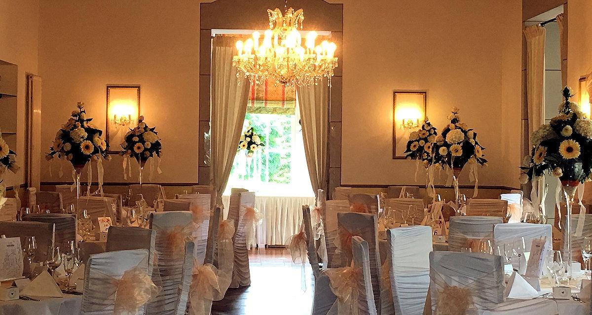 Großer Saal eingedeckt für Hochzeitsfeier
